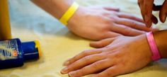 Wristband responds to UV levels to warn wearers against overexposure to the sun. Simple & brilliant. Great for Oz