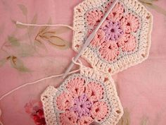 African Flower Hexagon Join-as-you-go Tutorial - Aha!  Putting them together is always a challenge for me.