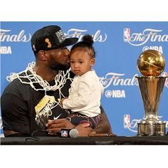 OAKLAND, CA - JUNE LeBron James of the Cleveland Cavaliers kisses his daughter Zhuri during a press conference after defeating the Golden State Warriors in Game 7 to win the 2016 NBA Finals at ORACLE Arena on June 2016 in Oakland, Califo Lebron James Kids, Lebron James Family, King Lebron James, King James, Nba Players, Basketball Players, Basketball Room, Basketball Finals, Cleveland Cavs