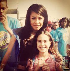 Aaliyah with a fan Rip Aaliyah, Aaliyah Style, Gladys Knight, Aaliyah Haughton, Sanaa Lathan, Toni Braxton, Amy Winehouse, The Most Beautiful Girl, Michelle Obama