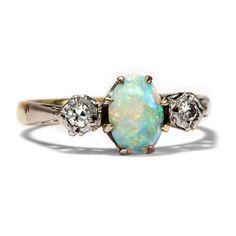 All' deine Farben - Vintage Opal & Diamant Ring aus Gold und Platin, England, datiert 1961 von Hofer Antikschmuck aus Berlin // #hoferantikschmuck #antik #schmuck #antique #jewellery #jewelry