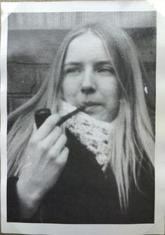 Eva Hage, 65, Aarhus.  Eva med piben. Det var jo ikke helt almindeligt at kvinder røg pibe. Jeg husker det også som ret ubehageligt med masser af svien på tungen. Men det så cool ud! (1970).