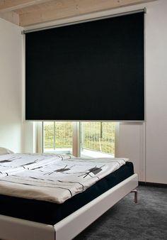 Egyes rolók a falra is felszerelhetők, így ez a fekete vászonroló teljesen takarja a hálószoba erkély ajtó nyílását, amely nappal is lehetővé teszi az alvást, pihenést!