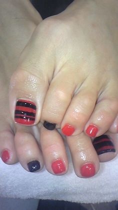 Red and black toe nails Pedicure Nail Art, Toe Nail Art, Mani Pedi, Love Nails, Pretty Nails, Black Toe Nails, Gold Glitter Nails, Feet Nails, Diy Nail Designs