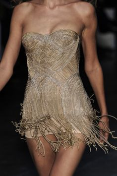 Alexander Mcqueen designed this  gorgeous gold and white fringed dress                                                              <3