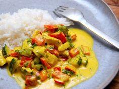 Denne karry ret er både nem og hurtig at lave, og den samlede tilberedningstid er på blot cirka 15 minutter. Karry retten serveres med løse ris, og den er en dejlig hverdagsret, hvor du selv kan styre hvor stærk du ønsker karrysmagen. Foto: Madensverden.dk. Lchf, Guacamole, Thai Red Curry, Food And Drink, Tasty, Dinner, Cooking, Ethnic Recipes, Inspiration