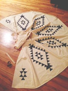 Teepee DIY - this would be a cool tree skirt! Kids Tents, Teepee Kids, Teepees, Forts, Diy Teepee Tent, Teepee Party, Diy Craft Projects, Diy Crafts For Kids, Fun Crafts