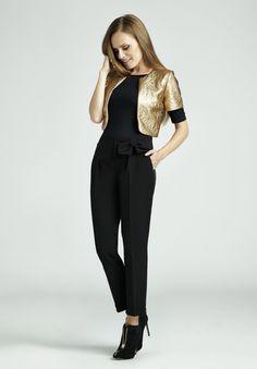 Spodnie z wysokim stanem, gładka bluzka oraz przyciągający uwagę akcent, czyli złoty żakiet - oto przepis na niebanalny zestaw na wielkie wyjście!  #QSQ #fashion #inspirations #outfit #ootd #look #fall #autumn #gold #black #casual #party #elegance #blinkblink #belt #feminine #trousers