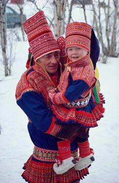 Sami padre e hijo con el traje tradicional, Laponia