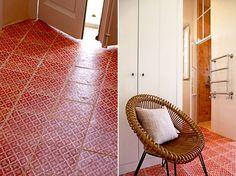 A gauche, le carrelage signé Am Designs revisite les traditionnelles tomettes provençales. A droite, derrière une chaise Vincent's Garden (Vincent Sheppard) se profile l'espace salle de bains.