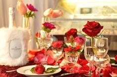 Valentinstag: Bereiten Sie Ihrem Schatz ein feines Nachtessen und dekorieren Sie den Tisch liebevoll mit Blumen.