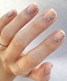 Have you heard of the idea of minimalist nail art designs? These nail designs are simple and beautiful. You need to make an art on your finger, whether it's simple or fancy nail art, it looks good. Of course, you may have seen many simple and beaut Glitter Nails, Diy Nails, Cute Nails, Silver Nails, Glitter Gif, Glitter Flats, Glitter Dress, Manicure Y Pedicure, Manicure Ideas