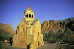Die meisten armenischen Kirchen sind Variationen eines Grundtyps: kreuzförmiger Grundriss, darüber eine steinerne Kuppel. Oft ist diese Kreu...