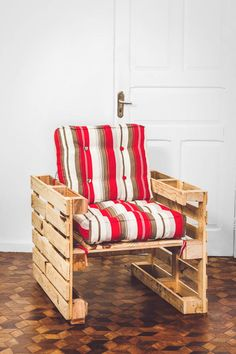 20 Pallet Projects That You Would Love to design in this week - Pallet Room, Pallet Chair, Wooden Pallet Furniture, Diy Furniture Plans, Diy Chair, Pallet Crafts, Diy Pallet Projects, Cageots Vintage, Painted Wood Chairs