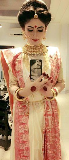 Ideas Wedding Makeup Glitter Brides Ideen Hochzeit Make-up Glitter Brides Indian Wedding Bride, Bengali Wedding, Bengali Bride, Indian Bridal Hairstyles, Wedding Hairstyles, Bengali Saree, Bengali Bridal Makeup, Indian Bridal Lehenga, Crowns