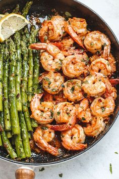 Lemon Garlic Butter Shrimp with Asparagus - So much flavor and so easy to throw together this shrimp dinner is a winner! Lemon Garlic Butter Shrimp with Asparagus - So much flavor and so easy to throw together this shrimp dinner is a winner! Shrimp And Asparagus, How To Cook Asparagus, How To Cook Shrimp, Meals With Shrimp, Seafood Recipes, Cooking Recipes, Healthy Recipes, Cooking Courses, Oven Cooking