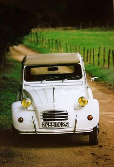 Attention ! 2CV au coin du bois !   http://www.pinterest.com/adisavoiaditrev/boards/
