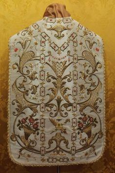 Taller de bordado Sebastián Marchante: Restauración y enrriquecido de casulla del siglo XVIII Paola (Malta).