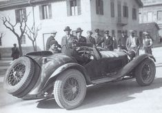 9 Aprile 1932. L'Alfa Romeo 8C 2300 Spider Touring di Borzacchini e Bignami alla partenza da Viale Trento e Trieste di Modena, sede della Scuderia Ferrari. Il forte pilota ternano vi tornerà da vincitore.