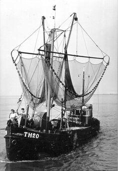Voorop staat m'n ome Bram Baaij en de schipper er schuin achter is Jo schot beiden uit Tholen Sailing Ships, Rest, Van, Ships, Vans, Sailboat, Tall Ships, Vans Outfit