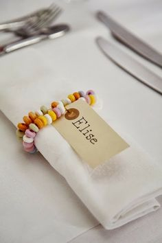 Papertie - Tischkarten & Sitzplan - DIY Hochzeit Roll up your sleeves and choose one (or all) of these 25 napkin rings to DIY before dinner time. Wedding Ideias, Candy Necklaces, Candy Bracelet, Bead Necklaces, Bracelets Diy, Candy Jewelry, Ear Jewelry, Fabric Jewelry, Stone Jewelry