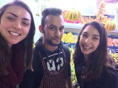 Esta foto es de nosotros con un nuevo amigo del mercado. No sabemos que es su nombre, pero hablamos con él por mucho tiempo y aprendimos mucho de la comida española. No estaba muy feliz sobre la foto, pero nosotros estábamos emocionadas.