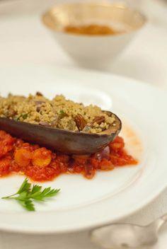 Gefüllte Melanzani auf Tomaten-Zimt-Sauce
