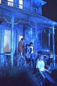 Halloween Horror Nights Hollywood - take a picture with Norman Bates on the steps of the Psycho House.