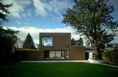 El terreno donde se levanta esta casa de 250 m2, diseñada por el estudio Aughey O´Flaherty Architects, es una zona residencial al sur de Dublín (Irlanda), donde sustituye una vivienda de los años 70. El aprovechamiento de la luz natural resulta clave.