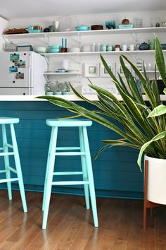 Take a look at this easy DIY furniture makeover: a turquoise lacquer stool makeover, using Rust-Oleum Specialty Lacquer Turquoise. Get a factory-finish with spray paint using this turquoise lacquer spray! Diy Furniture Easy, Furniture Makeover, Turquoise Kitchen, Turquoise Home Decor, Teal Kitchen, Stool Makeover, Painted Stools, Interior Styling, Interior Design
