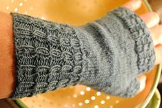 Raka tumvantar – ett basmönster i damstorlek Knit Mittens, Knitted Hats, Wrist Warmers, Fingerless Gloves, Needlework, Knit Crochet, Knitting Patterns, Craft Projects, Craft Ideas