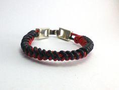 """#pulsera """"nudo de serpiente"""" de #cuero rojo y negro y cierre de ·#zamak"""