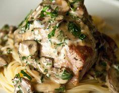 Filet de porc du destin aux champignons. 1 petit filet de porc 1 casseau de champignons café tranchés 1 tasse de vin blanc 1 tasse de crème 15% champêtre 1 c. à table de fond de veau en poudre 1 poignée de persil plat frais, ciselé sel et poivre du moulin huile d'olive beurre Préchauffez le four à 350°F / 180°C; Faites cuire les pâtes dans une eau salée, égouttez et réservez; Coupez le filet de porc en deux pour obtenir deux pavés et assaisonnez-le; Dans une poêle en aluminium, faites dorer…