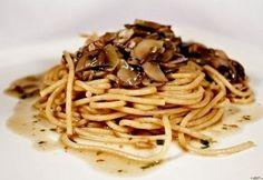 Spagetti gombamártással Naan, Spaghetti, Ethnic Recipes, Food, Essen, Meals, Yemek, Noodle, Eten