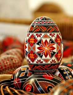 Painting eggs for Easter in Bucovina :: Via Transylvania Tours: self-drive & guided tours of Romania Ukrainian Easter Eggs, Ukrainian Art, Egg Crafts, Easter Crafts, Polish Easter, Orthodox Easter, Easter Egg Designs, Easter Ideas, Easter Traditions