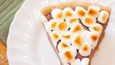 27 Marshmallow Treats That Are Even Better Than S'mores - Campfire-Style Nutella S'mores Pie Marshmallow Desserts, Recipes With Marshmallows, Chocolate Marshmallows, Oreo Dessert, Eat Dessert First, Dessert Ideas, Yummy Treats, Delicious Desserts, Sweet Treats