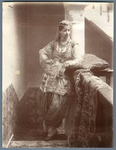 Algérie, Danseuse Mauresque Vintage albumen print. Tirage albuminé 18x24