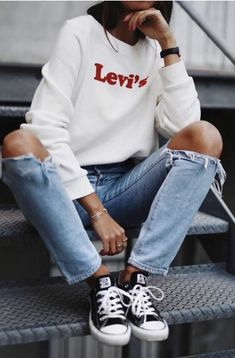 levis sweatshirt + ripped skinny jeans + converse chuck taylors | womens street style | nyc outfit ideas