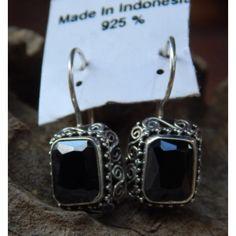 Anting Perak Kotak Motif Ukir Spiral Batu Black Onyx  Dimensi: 13x11x6mm  Bahan: Sterling Silver  Anting perak dengan Batu Black Onyx, Size Batu: 7x10mm  Cocok digunakan saat menghadiri acara tertentu, seperti pernikahan ataupun resepsi.