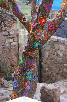 Yard Art Crafts, Yarn Trees, Earth Bag Homes, Painted Sticks, Yarn Bombing, Loom Knitting, Tree Art, Crochet Crafts, Garden Art