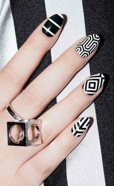 Nageldesign geometrische Muster in Schwarz und Weiss