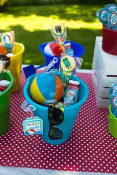 Pool Themed Birthday Party Mini beach balls and sunglasses are a must for this Colorful Pool Party via Kara's Party Ideas.Mini beach balls and sunglasses are a must for this Colorful Pool Party via Kara's Party Ideas. Sommer Pool Party, Pool Party Kids, Pool Party Favors, Beach Party Ideas For Kids, Hawaiian Party Favors, Ideas Party, Pool Party Decorations, Shark Party, Party Bags