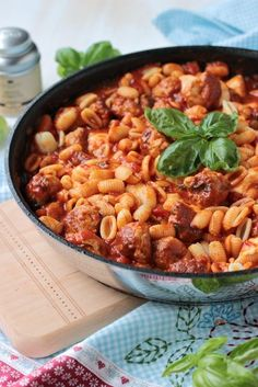 Pasta mit Bratwurstbällchen und Tomaten-Mozzarella-Basilikum Sauce - Sasibella