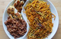 pui, orez brun, morcovi, zucchini Japchae, Zucchini, Spaghetti, Ethnic Recipes, Food, Essen, Meals, Yemek, Noodle