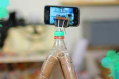 O canal do YouTube do site Manual do Mundo conta com uma série de vídeos que ensinam a fazer as mais diversas receitas, mágicas e objetos. Confira o vídeo que ensina a fazer um tripé caseiro para o celular.