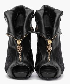 I love that Alexander McQueen loves to use skulls!!