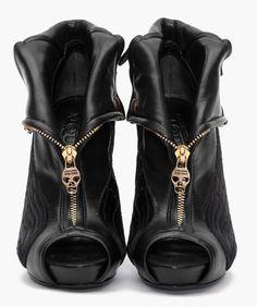 I love that Alexander McQueen loves to use skulls!!
