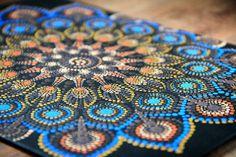 Mandala de punto hecho a mano en acrílico sobre lienzo de 18x24cm hecho con amor ;) El color primario es marrón con diferentes tonalidades. Agregué Naranja y Azul para dar un contraste. Gold Colour aporta calidez a la imagen y va especialmente bien en combinación con el azul. Necesidad de ser Mandala Canvas, Mandala Painting, Dot Painting, Mandala Art, Yin Yang, Delphinium Flowers, Hanging Hearts, Wooden Hearts, Mandala Design
