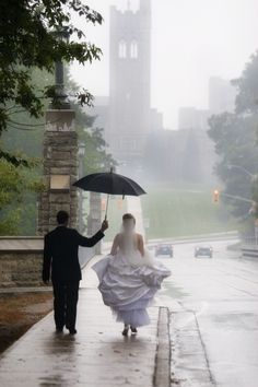 Love in the rain!! It's ok if it rains on your wedding day.... Rain showers are blessings from above!! Aline ♥