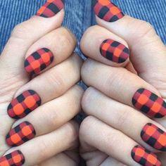 Uñas escocesas. Esta creación en tonos mate de Washick, es ideal para las amantes de las estampas escocesas. Anímate a probar este diseño en otros colores. - Foto: instagram.com/jessicawashick